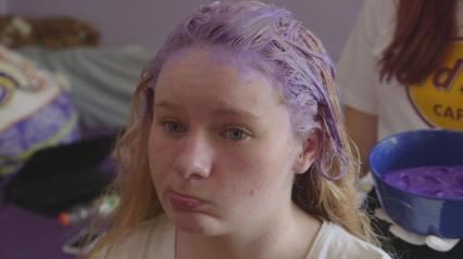 """""""Zickenalarm - Mädchen in der Pubertät"""": Marie beim Haare färben."""