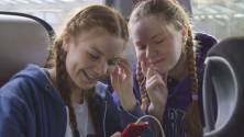 """""""Zickenalarm - Mädchen in der Pubertät"""": Marie und Iwa im Bus beim Musikhören."""