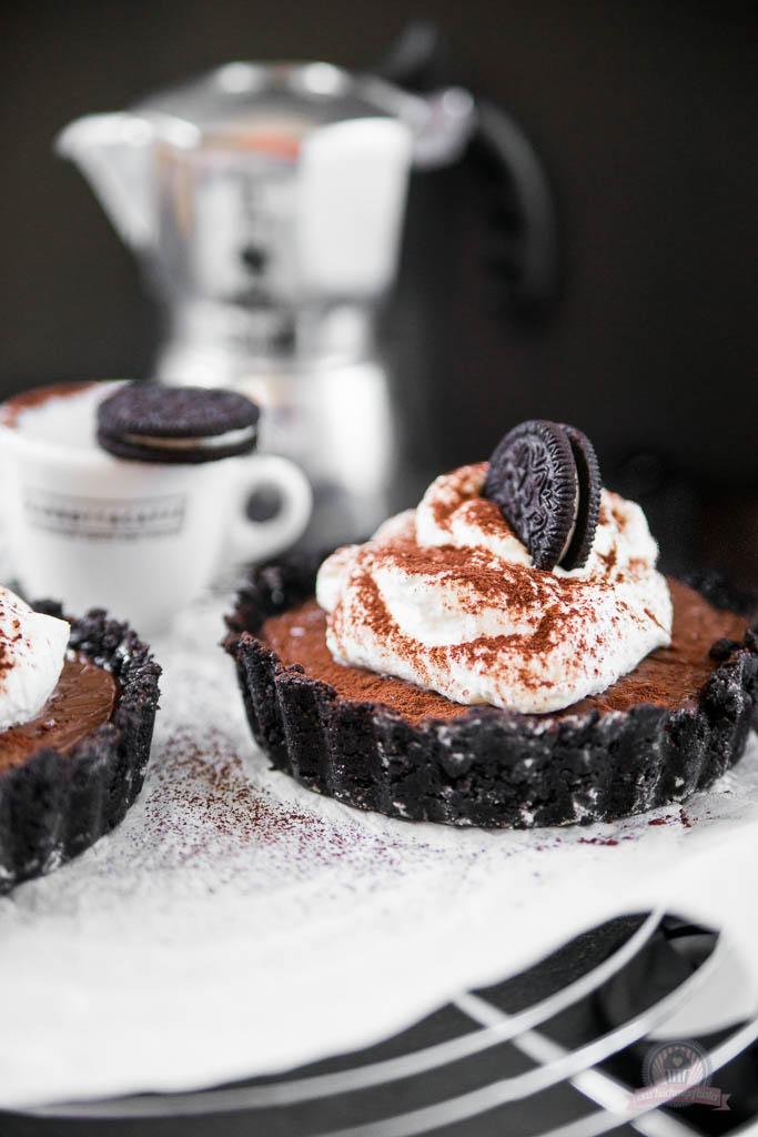 Sahne-Pudding-Törtchen in Schokokeks-Tartelettes