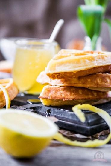 Frischkäse-Waffeln mit warmer Zitronensauce