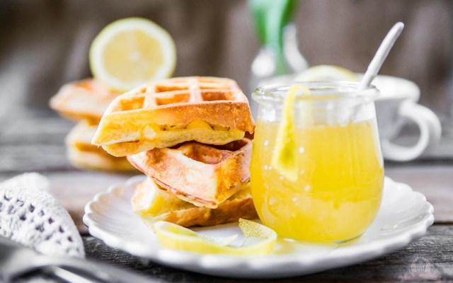 Frischkäse-Waffeln mit Zitronensauce – Waffelsonntag beim Küchengeflüster