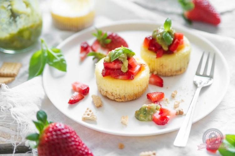 Strawberry Cheesecake Muffins mit süßem Basilikumpesto