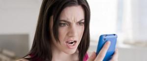 Femme en colère, regarder, téléphone portable