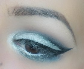 With Callicgraphie de Chanel I first created the cat eye and then I smoothly went into the cut-crease with it. The top of that line I blended smoothly with the darkest eyeshadow from Architectonic palette with SE65