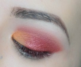 Apply pearly orange eyeshadow at the rest of the eyelid (JONES, Sigma E56), then use a tiny amount of coral matte eyeshadow and apply it right on top of the eyeshadow on the crease and blend the colours together (SEIZE, Zoeva 231)