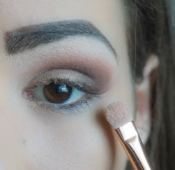 Apply glittery gold eyeshadow on the rest of the eyelid and on top apply glittery eyeshadow to create dimension; Zoeva 234, 202 on top 400