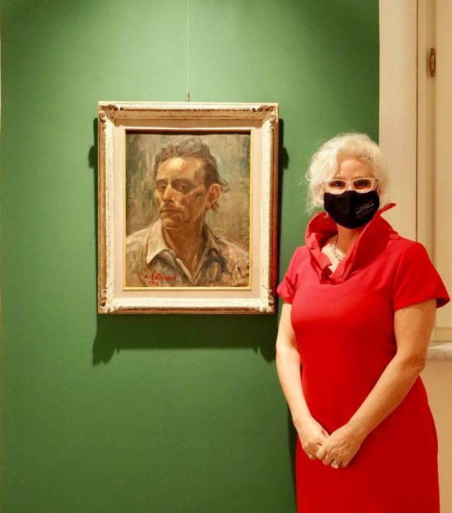 mostra alfredo catarsini a villa bertelli forte dei marmi Elena Martinelli con il ritratto del nonno