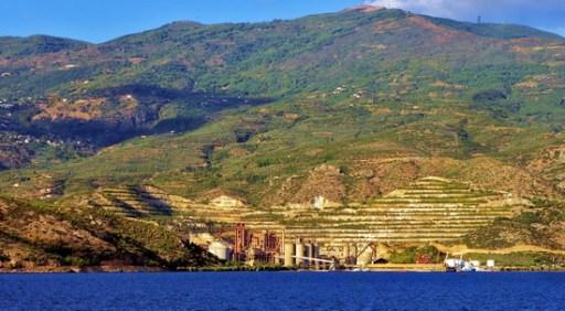 Το εργοστάσιο της ΑΓΕΤ Ηρακλής κατέλαβε τη γραφική παραλία στην Αγριά του Βόλου. Ο Υπουργός Γεωργίας Ιπποκράτης Ιορδάνογλου το 1975 με έγγραφό του ήταν αντίθετος στη χωροθέτηση του εργοστασίου στη θέση αυτή διότι θα συντελεστεί «η καταστροφή του εγγύς της πόλεως του Βόλου φυσικού τοπίου»! (από το αρχείο του συγγραφέα)