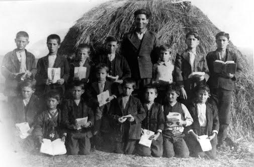 Δάσκαλος και παιδιά σε σαρακατσάνικο σχολείο