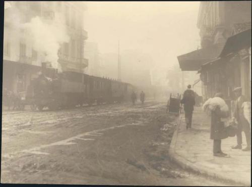 Οι ατμάμαξες απέβαλλαν σπινθήρες από τις καπνοδόχους και δημιουργούσαν πυρκαγιές στις δασικές κι αγροτικές περιοχές απ' όπου διέρχονταν (στη φωτογραφία το «Θηρίο», το τρένο του προαστικού σιδηροδρόμου της Αθήνας, που προξένησε αρκετές φωτιές στα περιαστικά δάση της πρωτεύουσας, εδώ στην οδό 3ης Σεπτεμβρίου το 1925).