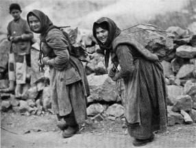 Κύπριες κουβαλούν πέτρες για την κατασκευή φράγματος από την αγγλική κυβέρνηση στην Καρπασία (έτος 1928)