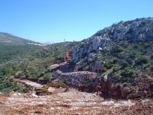 Η σιδηροδρομική γραμμή Ικονίου–Ασπροπύργου στη φάση της κατασκευής της στο όρος Αιγάλεω τον Μάρτιο του 2005 (φωτογραφία από το διαδίκτυο).