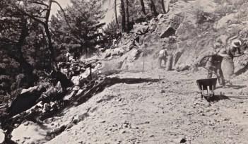 Διάνοιξη δασικού δρόμου χειρωνακτικώς το 1950, για την εκμετάλλευση δάσους (αρχείο Αντώνιου Β. Καπετάνιου).