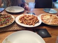 Pizza und Pommes. Zusammen. Geschmackslos. 4 mal in 11 Tagen.