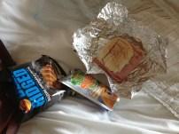 Ein tägliches Lunchpaket, das Brot zäh und trocken, mehr Butter als sonst was, eine sehr süße Improvisation von Capri Sonne und Chips, die seeehr gewöhnungsbedürftig sind.