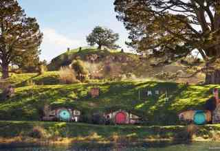 Visit Hobbiton See the Hobbit holes. Simply Gorgeous!