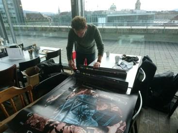 Simon Häberli (aka lockedesign.ch) beim Signieren des von ihm gestalteten Filmplakats.