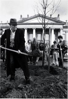 Joseph Beuys, Pflanzung der ersten Eiche vor dem Museum Fridericianum, documenta 7, am 16. März 1982. (Fotonachweis: Stiftung 7000 Eichen (Hg.), 7000 Eichen. Joseph Beuys. Stadtverwaldung statt Stadtverwaltung (CD-ROM, Bilder), Kassel 2002)
