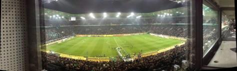 Anderer Blickwinkel. Der Borussia-Park bei der Partie zwischen Borussia Mönchengladbach und dem SC Freiburg aus der ARD-Kabine. Foto: David Nienhaus