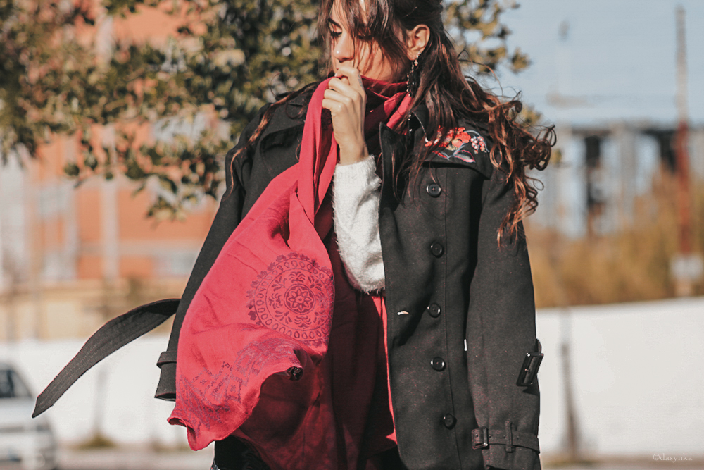 dasynka-fashion-blog-blogger-shooting-model-desigual-foulard-trench-black-pink-sweater-boots-hair-christmas-gift-jewelery-earrings-purple-versace-bag-scarf-coat