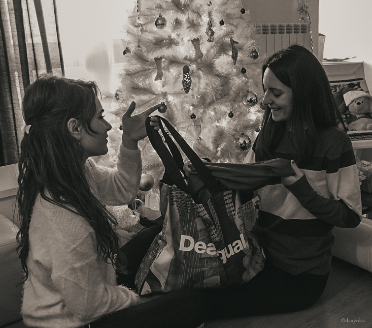 dasynka-fashion-blog-blogger-shooting-model-desigual-foulard-trench-black-pink-sweater-boots-hair-christmas-gift-jewelery-earrings-purple-versace-bag-scarf-coat