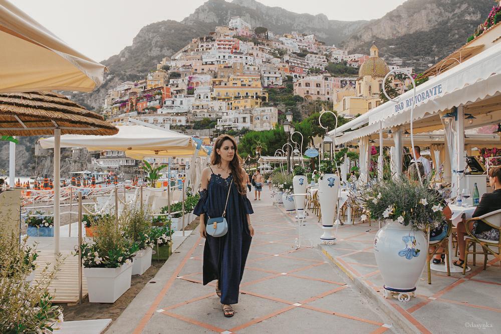 dasynka-fashion-blog-blogger-influencer-inspiration-shooting-model-globettrotter-travel-girl-lookbook-instagram-long-hair-street-style-casual-italy-lifestyle-outfit-poses-positano-amalfi-coast-blue-dress-chloe-bag-sea-italy-look-ideas-elegant-italian-style-sandals-lace-tips-atrani