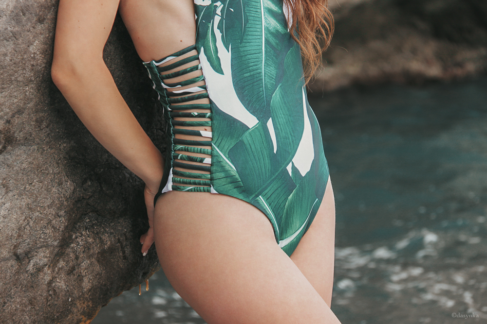 dasynka-fashion-blog-blogger-influencer-inspiration-shooting-model-globettrotter-travel-girl-lookbook-instagram-long-hair-street-style-casual-italy-lifestyle-outfit-poses-positano-amalfi-coast-swimwear-onepiece-banana-leaves-beach-sea-summer-body-bodysuit-suit-swimsuit-design-look-inspo-green-vacation-trip
