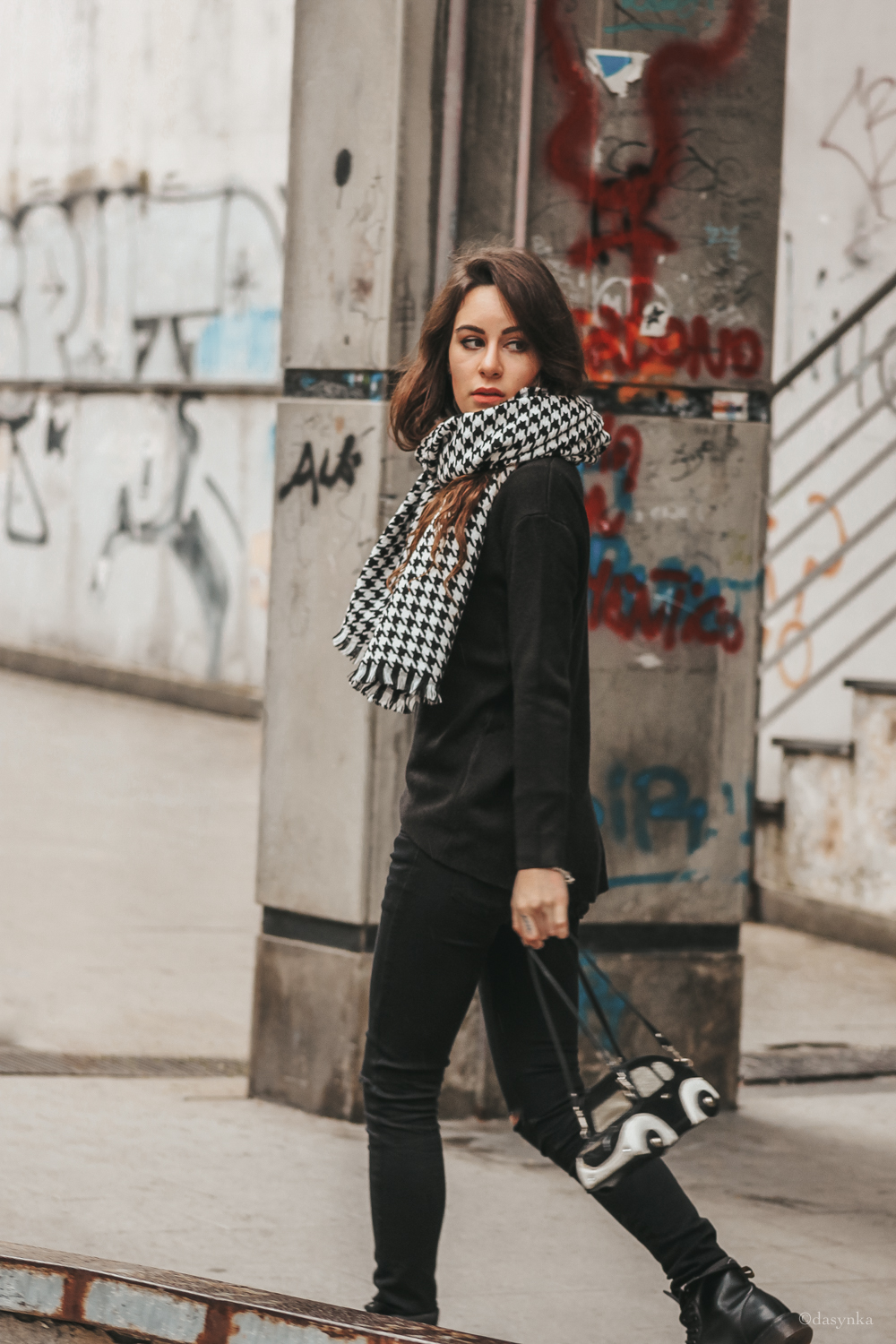 dasynka-fashion-blog-blogger-influencer-inspiration-shooting-model-globettrotter-travel-girl-lookbook-instagram-long-hair-street-style-casual-italy-lifestyle-outfit-poses-pants-trousers-bag-black-look-inspo-ideas-spring-scarf-pied-de-poule-white-ripped-jeans-sweater-cozy-comfy-stylish-car-dr-martines-boots-anfibi