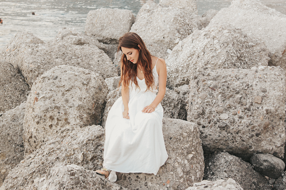 dasynka-fashion-blog-blogger-influencer-inspiration-shooting-model-globettrotter-travel-girl-lookbook-instagram-long-hair-street-style-casual-italy-lifestyle-outfit-poses-atrani-amalfi-coast-sea-summer-dress-maxi-white-mermaid-body-jewelry-chloe-bag-beach-sunset-positano-look-luxury-gold-inspo-ocean-shoot-instagrammer