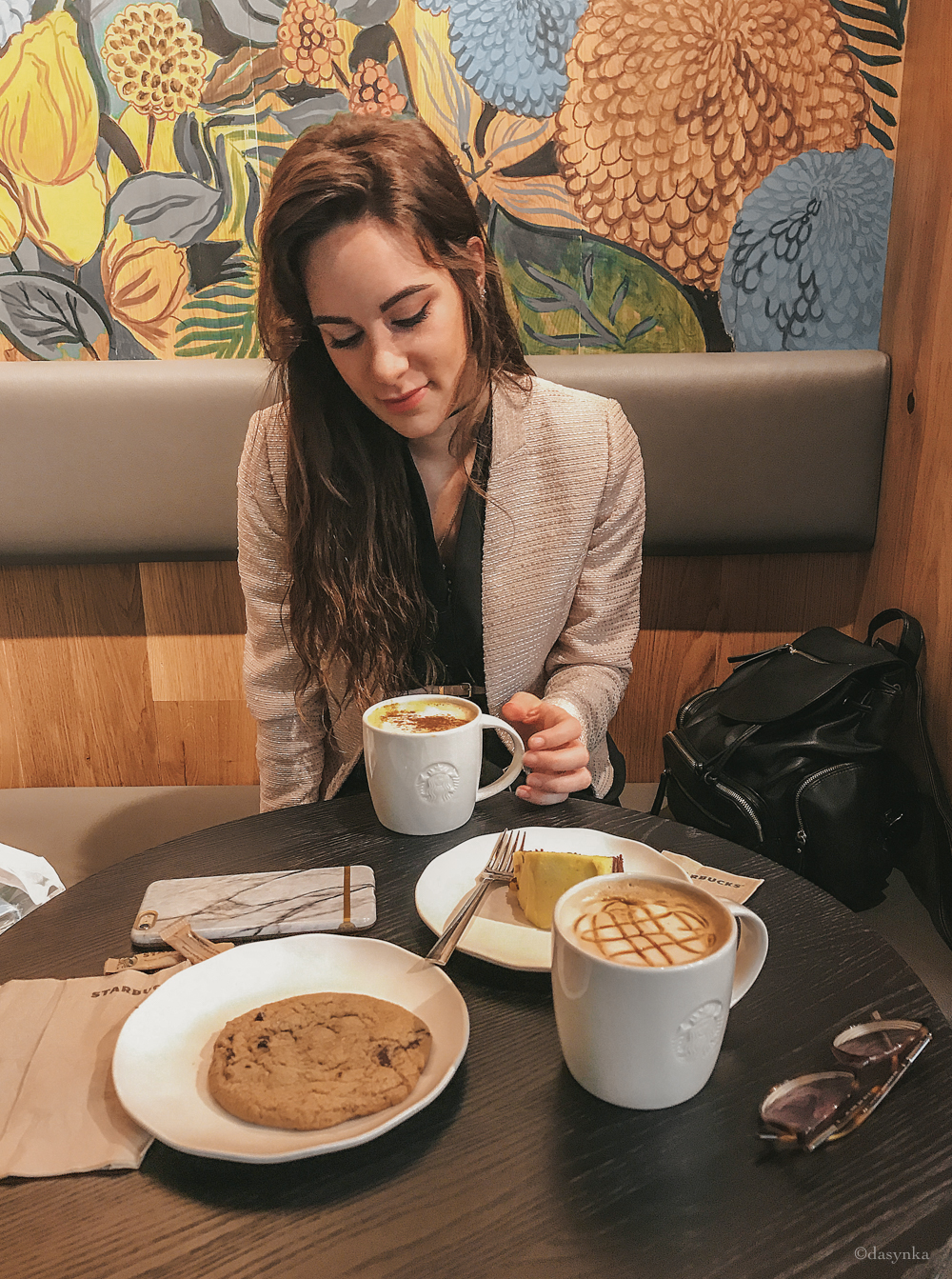 dasynka-fashion-blog-blogger-influencer-inspiration-shooting-model-globettrotter-travel-girl-lookbook-instagram-long-hair-street-style-casual-italy-lifestyle-outfit-poses-valencia-starbucks-pumpkin-spice-latte-cookies-blazer-jacket-pink-cappuccino-frappuccino-look-inspo