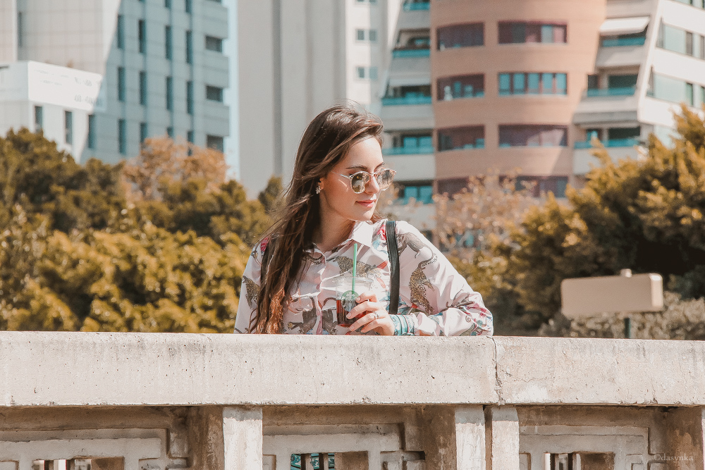 dasynka-fashion-blog-blogger-influencer-inspiration-shooting-model-globettrotter-travel-girl-lookbook-instagram-long-hair-street-style-casual-italy-lifestyle-outfit-poses-valencia-starbucks-frappuccino-zaful-animalier-pink-culotte-shirt-spain-sunglasses-dior