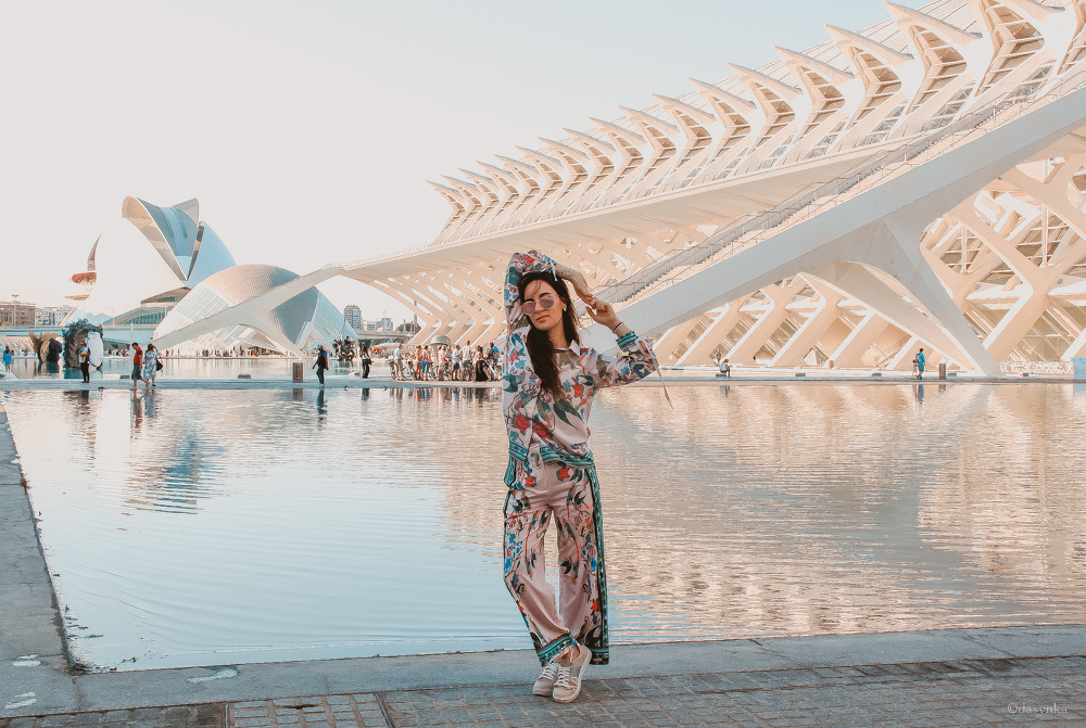 dasynka-fashion-blog-blogger-influencer-inspiration-shooting-model-globettrotter-travel-girl-lookbook-instagram-long-hair-street-style-casual-italy-lifestyle-outfit-poses-valencia-starbucks-frappuccino-zaful-animalier-pink-culotte-shirt-spain-sunglasses-dior-city-of-arts-science