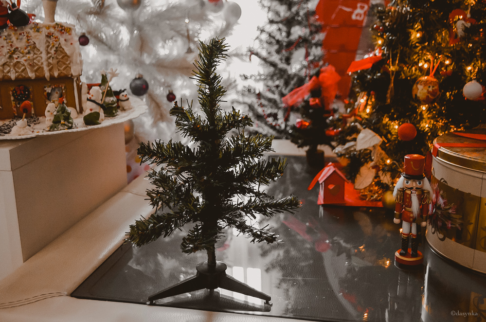 dasynka-fashion-blog-blogger-influencer-inspiration-shooting-model-globettrotter-travel-girl-lookbook-instagram-long-hair-street-style-casual-italy-lifestyle-outfit-christmas-xmas-tree-trees-lights-home-decoration-the-nutcracker-gingerbread-house-cookies-man-snowman