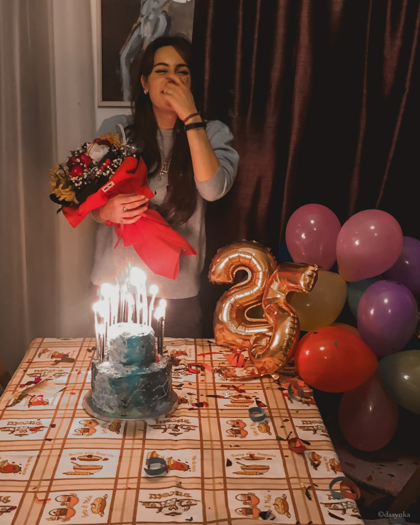 dasynka-fashion-blog-blogger-influencer-inspiration-women-ootd-inspo-outfit-shooting-model-globettrotter-travel-girl-lookbook-instagram-long-hair-street-style-casual-italy-lifestyle-outfit-poses-cake-designer-birthday-galaxy-constellation-25-years-milky-way-balloons