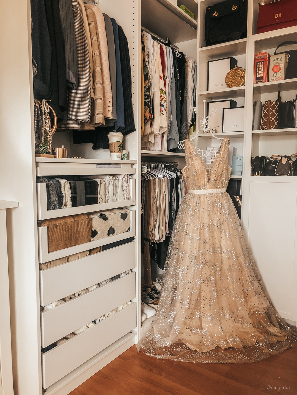 dasynka-fashion-blog-blogger-influencer-inspiration-ootd-inspo-outfit-shooting-model-globettrotter-travel-lookbook-instagram-street-style-italy-lifestyle-outfit-princess-gold-dress-golden-pink-walking-closet-ikea
