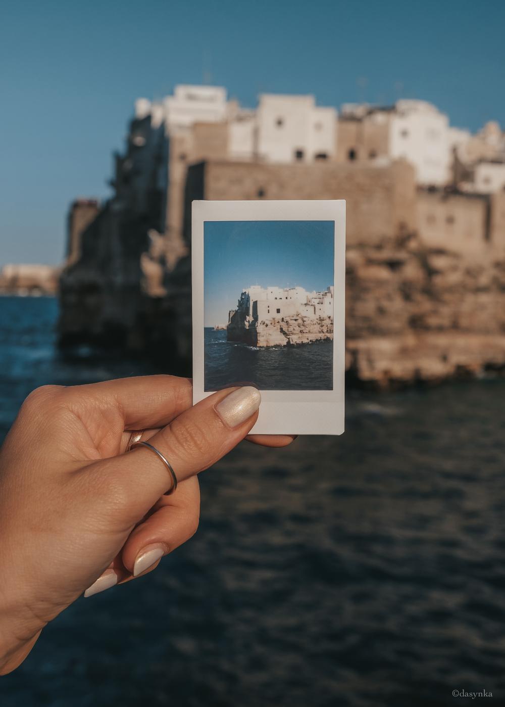 dasynka-fashion-blog-blogger-influencer-inspiration-shooting-globettrotter-travel-traveller-instagram-lifestyle-italy-ideas-italian-polaroids-polaroid-fujifilm-instax-90-8-worldmap-planisfero-mappa-mondo-pin-memories-photographs-vintage-print-polignano-puglia
