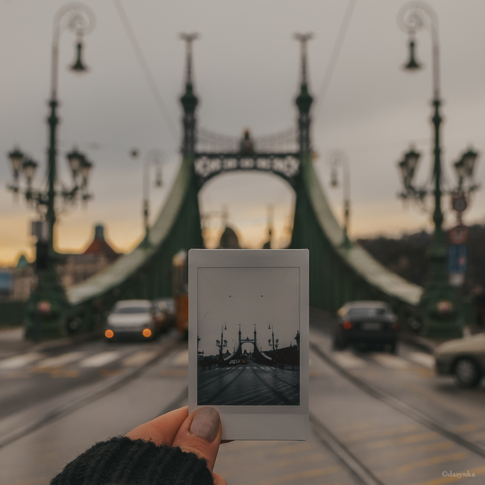 dasynka-fashion-blog-blogger-influencer-inspiration-shooting-globettrotter-travel-traveller-instagram-lifestyle-italy-ideas-italian-polaroids-polaroid-fujifilm-instax-90-8-worldmap-planisfero-mappa-mondo-pin-memories-photographs-vintage-print-budapest-bridge