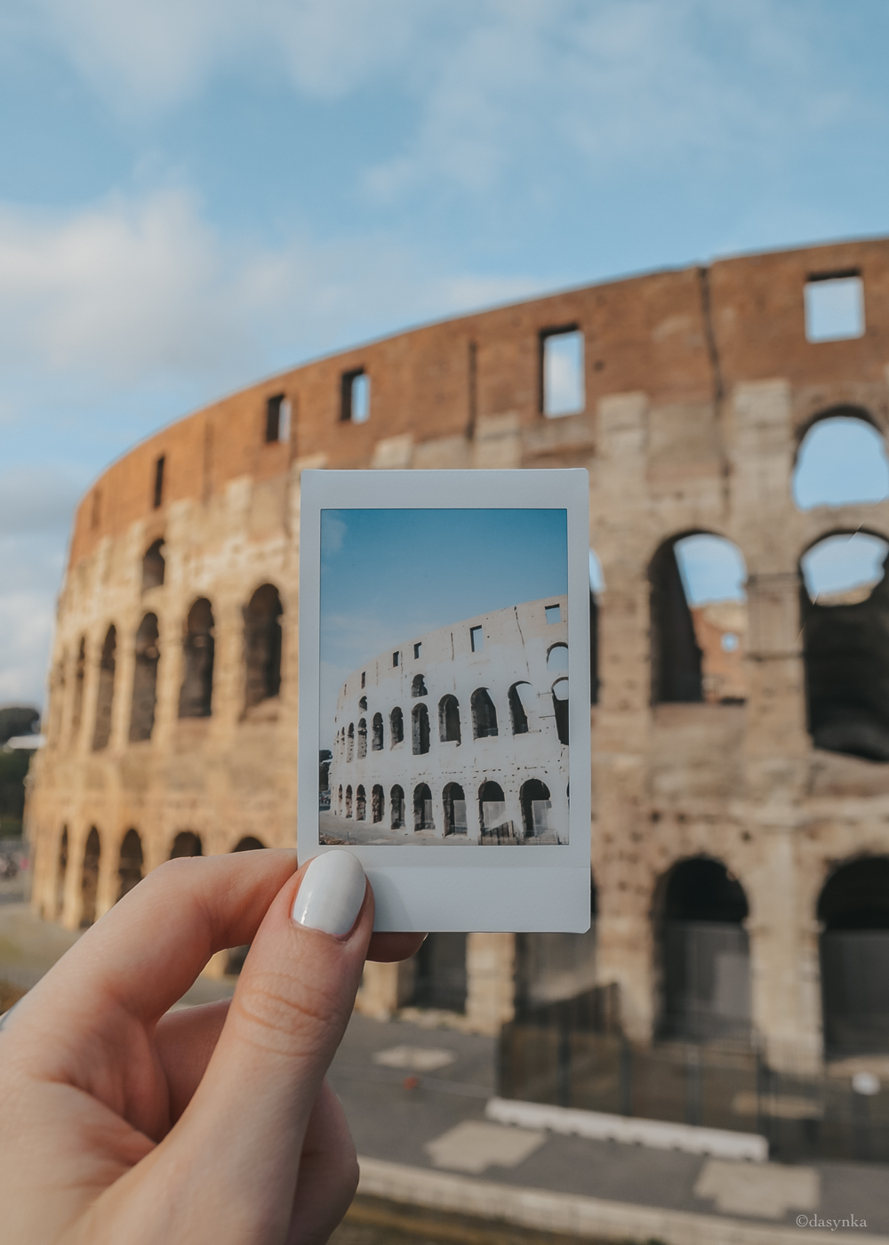 dasynka-fashion-blog-blogger-influencer-inspiration-shooting-globettrotter-travel-traveller-instagram-lifestyle-italy-ideas-italian-polaroids-polaroid-fujifilm-instax-90-8-worldmap-planisfero-mappa-mondo-pin-memories-photographs-vintage-print-rome-colosseum-roma-colosseo