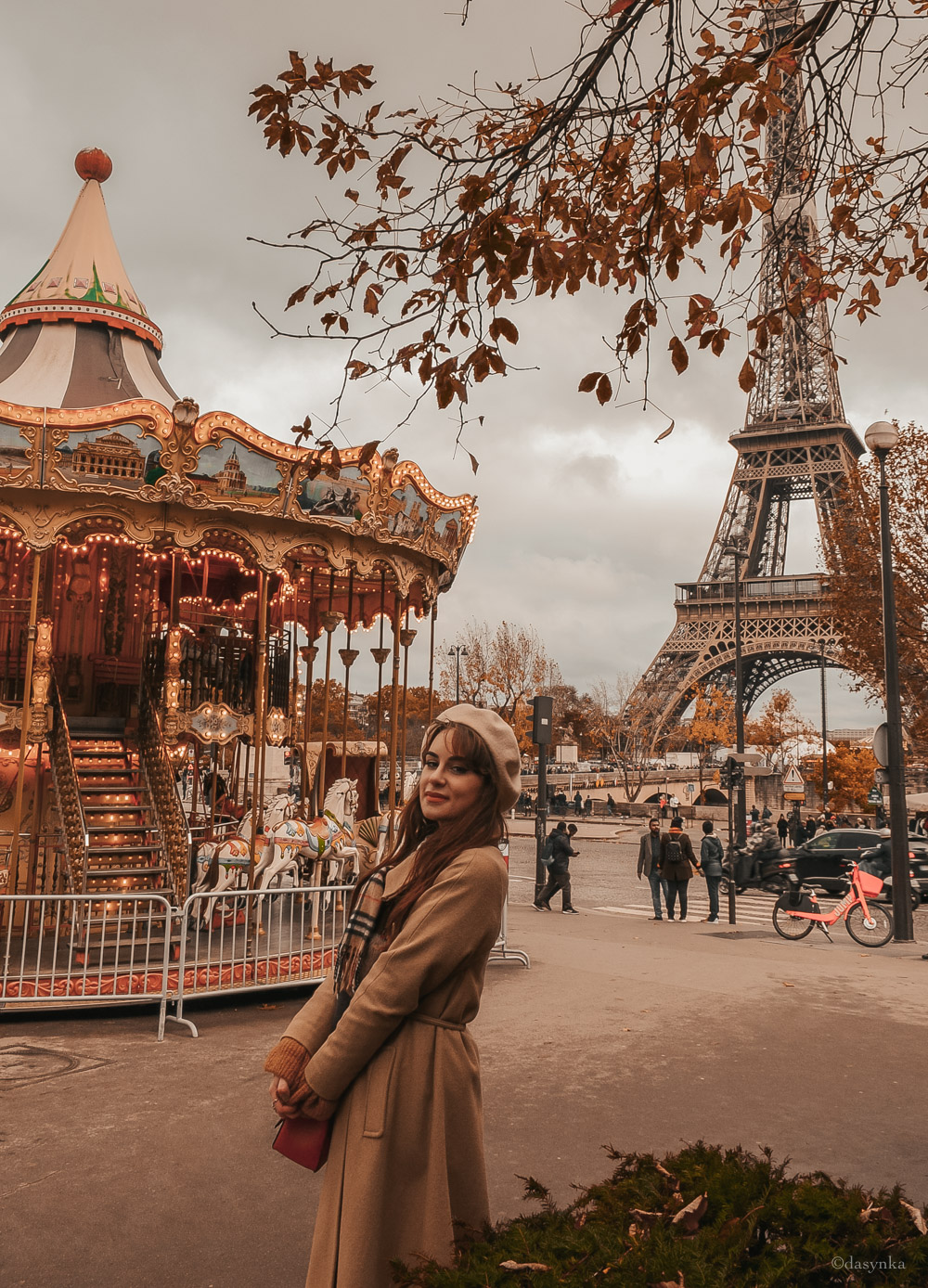 dasynka-fashion-blog-blogger-influencer-inspo-inspiration-shooting-model-globettrotter-travel-girl-lookbook-instagram-instagrammer-long-hair-street-style-casual-italy-lifestyle-outfit-poses-look-ootd-ideas-elegant-italian-paris-coat-camel-burberry-hat-basque-browne-boots-black-shirt-bow-sweater-cozy-parisien-parisienne-parisian-neutral-beige-white-scarf-france-tour-eiffel-champs-elysees-trocadéro-carousel