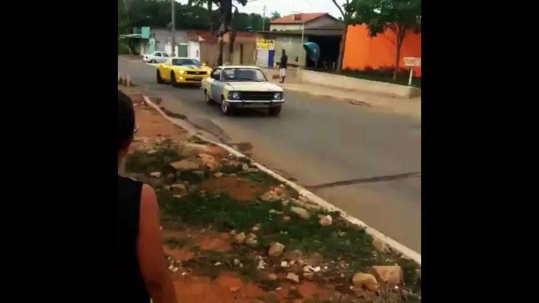 Camaro amarelo desaparece na fumaça do Opala