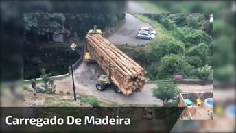 Caminhão Carregado De Madeira Faz Uma Curva Inusitada, Sensacional!