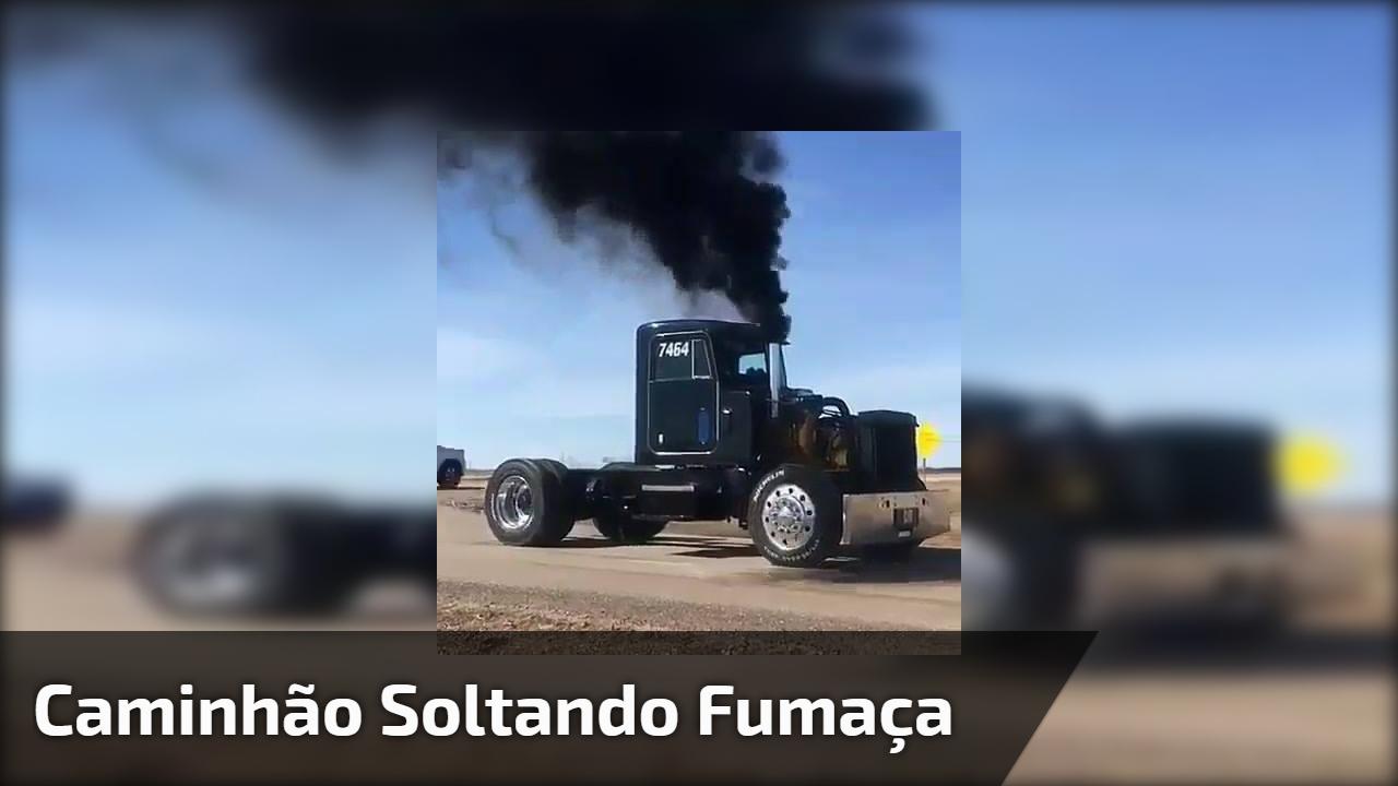 Caminhão soltando fumaça