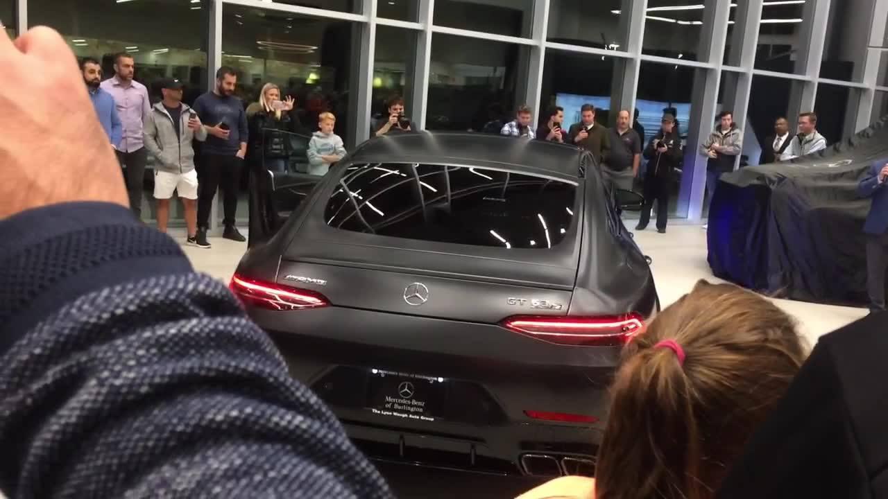 Carro Mercedes Bens dando show em salão de automóvel