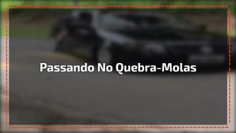 Carro Rebaixado Passando Em Um Quebra-Mola, Uma Raspadinha De Leve. . .