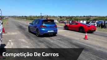 Competição De Carros, Quem Vai Levar A Melhor, O Azul Ou O Vermelho?