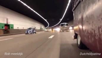 Fuscas Rebaixados E Kombis Na Estrada, Essa Cena É Uma Relíquia!