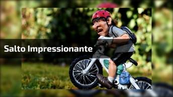 Impressionante A Altura Que Esse Ciclista Vai, Ele Pula Um Carro!