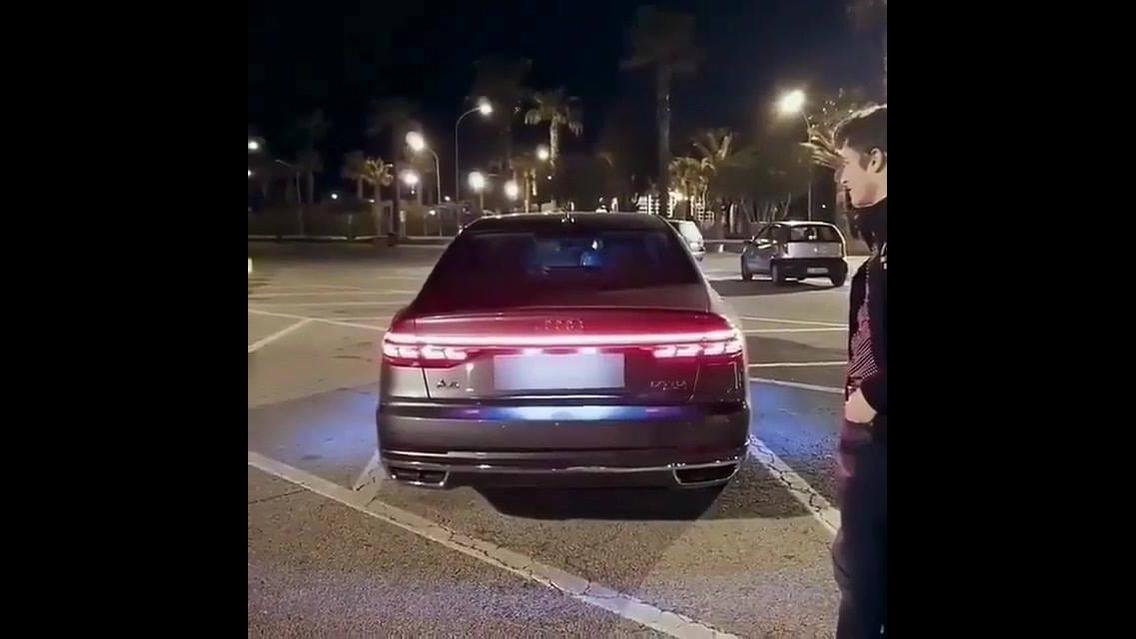 Traseira do Audi acendendo como uma discoteca