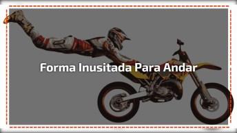 Andando De Moto De Forma Inusitada, Veja Que Esse Cara Faz!