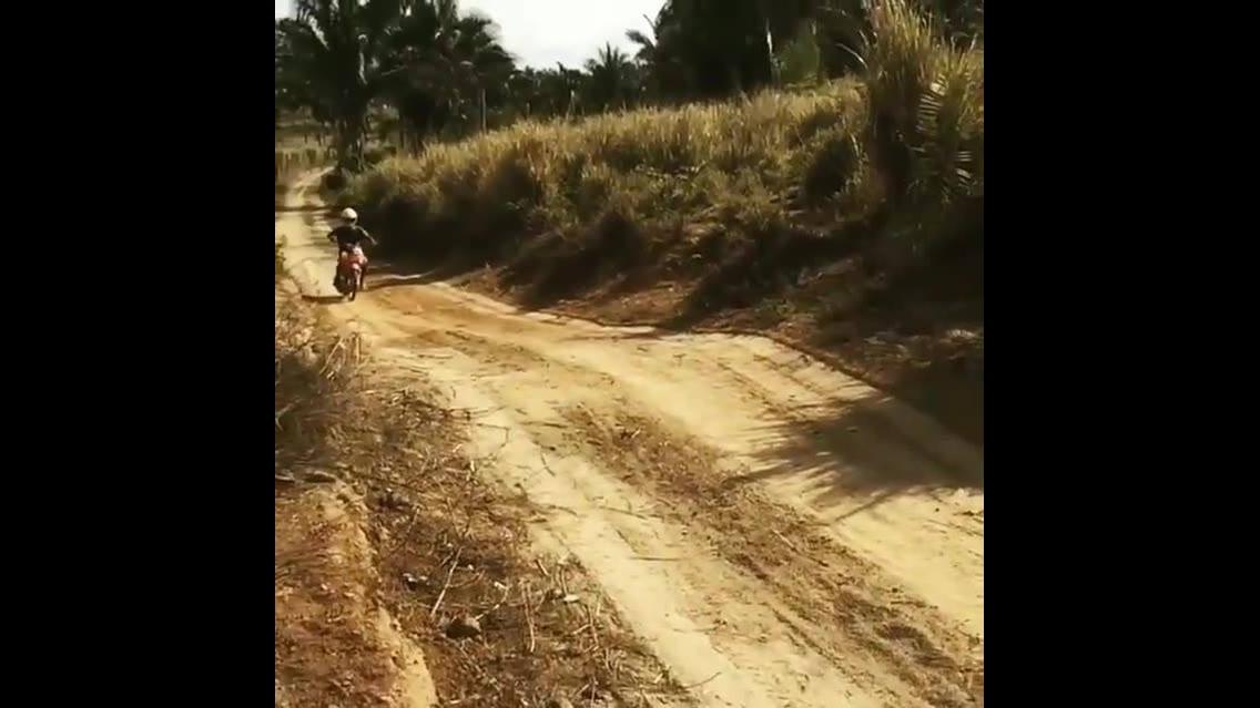 Andando de moto em estrada de terra, moto é adrenalina sempre!!!
